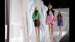 Sejumlah model memperagakan salah satu dari 40 koleksi terbaru desainer Lenny Agustin yang bertema Borneo off Beat pada ajang Indonesia Fashion Week 2015 di JCC Senayan, Jakarta, Sabtu (28/2). (Liputan6.com/Panji Diksana)