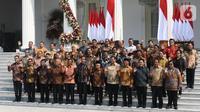Presiden Joko Widodo atau Jokowi didampingi Wakil Presiden Ma'ruf Amin foto bersama para menteri Kabinet Indonesia Maju usai memperkenalkan mereka  di Istana Merdeka, Jakarta, Rabu (23/10/2019). Kabinet Indonesia Maju akan membantu Jokowi-Ma'ruf pada periode 2019-2024. (Liputan6.com/AnggaYuniar)