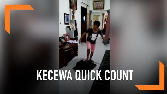 Lantaran kecewa hasil quick count, seorang pria nekat menghancurkan televisi dan membuangnya ke halaman.
