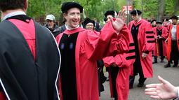 Pendiri Facebook, Mark Zuckerberg menyapa sejumlah mahasiswa sebelum acara pembukaan penyambutan angkatan 2017 di Universitas Harvard, Kamis (25/5). Dalam acara itu, Zuckerberg menerima gelar Doktor kehormatan Bidang Hukum. (AP Photo/Steven Senne)