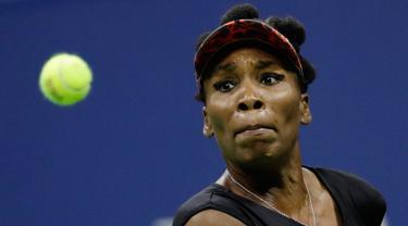 Petenis unggulan, Venus Williams melakukan pukulan ke arah petenis muda AS, Sloane Stephens pada babak semifinal  AS Terbuka 2017 di New York, Kamis (7/9). Venus gagal melaju ke final setelah kalah  melalui tiga set 1-6, 6-0, 5-7.  (AP Photo/Julio Cortez)