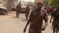 Petugas kepolisian saat mengamankan lokasi di kantor polisi di kota Yola , Nigeria 25 Februari 2016. Daerah Afrika ini mengalami berbagai serangan yang diduga terkait gerakan bernama  Boko Haram. (REUTERS / Stringer)
