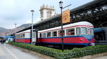 Gerbong kereta tua yang diubah menjadi sebuah kafe di La Paz, Bolivia pada 15 Maret 2019. Selain dimanfaatkan sebagai kafe, bagian gerbong kereta juga dijadikan toko yang menjual beragam produk makanan dan minuman. (David Mercado/Reuters)