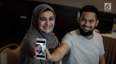 Teuku Wisnu bersama istrinya Shireen Sungkar menunjukkan foto anak ketiganya saat jumpa pers di RS Pondok Indah, Jakarta, Kamis (19/4). Anak ketiga Shireen dan Wisnu ini berjenis kelamin perempuan. (Liputan6.com/Faizal Fanani)