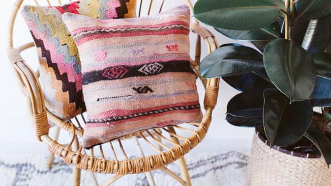 Mix and match sarung bantal dengan motif Kilim. (Via: etsy.com)