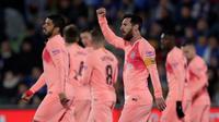 Lionel Messi menyumbangkan satu gol sekaligus membantu Barcelona menang 2-1 atas Getafe pada laga pekan ke-18 La Liga Spanyol, di Coliseum Alfonso Perez, Minggu (6/1/2019). (AP Photo/Manu Fernandez)