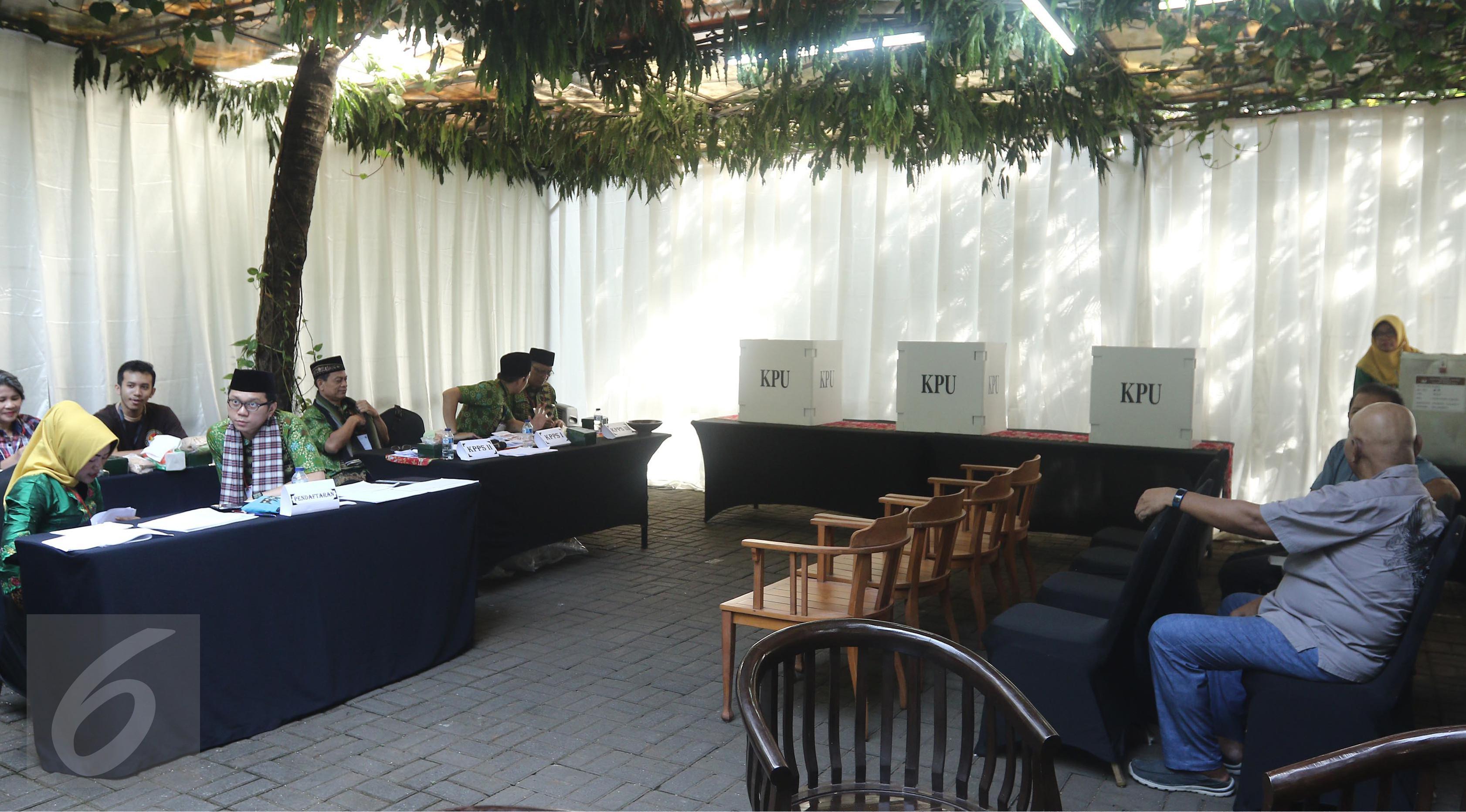 Petugas KPPS menunggu warga yang akan menggunakan hak pilihnya pada pilkada DKI 2017 di TPS 03, Kelurahan Pulo, Jakarta Selatan, Rabu (19/4). TPS dekat kediaman pribadi Wapres Jusuf Kalla ini didekorasi dengan gaya betawi. (Liputan6.com/Herman Zakharia)