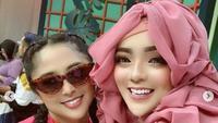 Hijaber Bergaya Barbie Jadi Viral Karena Dagunya Bikin Salfok, berfoto bersama Dewi Perssik. (dok.Instagram @yuni_jasminebutiq/https://www.instagram.com/p/CG3U-dPMR3Q/Henry)