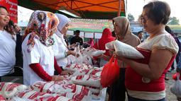 Warga berbelanja saat Operasi pasar Murah, Jakarta, Minggu (12/6). Operasi pasar murah tersebut digelar untuk menstabilkan harga kebutuhan pokok di bulan Ramadan (Liputan6.com/Angga Yuniar)