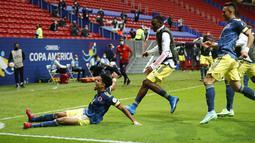 Striker Kolombia, Luis Diaz (kiri) berselebrasi usai mencetak gol ke gawang Peru dimenit 90+4 pada pertandingan juara ketiga Copa America 2021 di Stadion Nasional Brasilia, Brasil, Sabtu (10/7/2021). Diaz mencetak dua gol dan mengantar Kolombia menang dramatis 3-2 atas Peru. (AP Photo/Andre Penner)