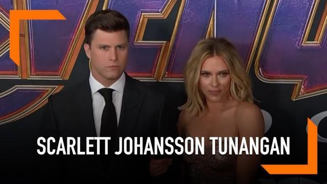 Scarlett Johansson resmi bertunangan dengan kekasihnya yang bernama Colin Jost. Keduanya diketahui telah menjalin hubungan asamara selama dua tahun.