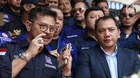 Ketua DPP NasDem Syahrul Yasin Limpo bersama Ketua Bidang Hukum, Advokasi, dan HAM Partai Nasdem Taufik Basari memberi keterangan usai membuat laporan di Sentra Pelayanan Kepolisian Terpadu Polda Metro Jaya, Senin (17/9). (Liputan6.com/Helmi Fithriansyah)