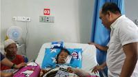 Tahir (80) suami Nuru (65), mendampingi istrinya yang dirawat di rumah sakit Bahteramas Sulawesi Tenggara usai pingsan di atas bara api. (Liputan6.com/Ahmad Akbar Fua)