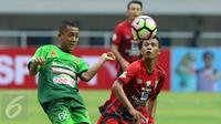 Penyerang PS TNI, Roni Sugeng Ariyanto (kiri) berebut bola dengan pemain Persiba pada laga lanjutan Liga 1 Indonesia di Stadion Pakansari, Kab Bogor, Jumat (5/5). Laga kedua tim berakhir imbang 1-1. (Liputan6.com/Helmi Fithriansyah)