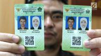 etugas Kementerian Agama (Kemenag) menunjukan kartu nikah di kantor Kemenag, Jakarta, Rabu (14/11). Kemenag akan mengeluarkan kartu nikah sebagai pelengkap buku nikah karena maraknya pemalsuan. (Liputan6.com/Angga Yuniar)