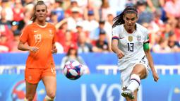 Penyerang Timnas Amerika Serikat, Alex Morgan, melepaskan tendangan pada laga Women's World Cup football 2019 di Prancis pada 7 Juli 2019. Timnas Amerika menang 2-0 atas Belanda. (AFP/Philippe Desmazes)