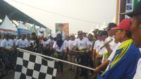 Gubernur Jambi, Fachrori Umar tak ketinggalan berbaur dengan masyarakatnya untuk mengayuh sepeda di ajang Gowes Nusantara. (kemenpora)