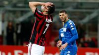 Pemain AC Milan, Nikola Kalinic berselebrasi setelah mencetak gol ke gawang  Sassulo pada laga pekan ke-31 Serie A di San Siro, Minggu (8/4). Menjamu Sassuolo, AC Milan gagal meraih kemenangan usai hanya bermain imbang 1-1. (AP/Antonio Calanni)