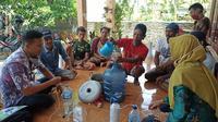 Petani di Kabupaten Purworejo, tepatnya Kelompok Tani Maju Desa Bencorejo Balai Penyuluhan Pertanian (BPP) Banyu Urip, membuat Agen Pengendali Hayati (APH) dari ekstrak kentang gula, Selasa (13/4/2021). (Ist)