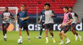 Pemain Bayern Munchen saat mengikuti sesi latihan jelang pertandingan Piala Super Eropa 2020 di Puskas Arena, Budapest, Kamis (24/9/2020). Bayern Munchen akan menghadapi juara Liga Europa, Sevilla. (AFP/Bernadett Szabo)