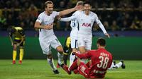Pemain Tottenham Hotspur, Son Heung-Min dan Harry Kane berselebrasi setelah mencetak gol ke gawang Borussia Dortmund pada matchday kelima Liga champions Grup H di Stadion BVB, Selasa (21/11). Tottenham mencatatkan kemenangan 2-1. (Bernd Thissen/dpa /AFP)