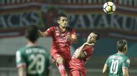 Bek Semen Padang, Hengki Ardiles, menyundul bola saat melawan PSS Sleman pada laga Liga 2 di Stadion Pakansari, Jawa Barat, Selasa (4/12). PSS menang 2-0 atas Semen Padang. (Bola.com/M. Iqbal Ichsan)
