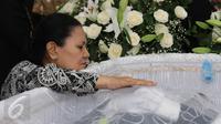 Ibunda Mike Mohede, Amin Yudhayani terus menatap jenazah sang putra yang disemayamkan di rumah duka kawasan Bintaro, Tangerang Selatan, Senin (1/8). Mike Mohede akan dimakamkan di TPU Tanah Kusir pada Selasa, 2 Agustus 2016. (Liputan6.com/Herman Zakharia)