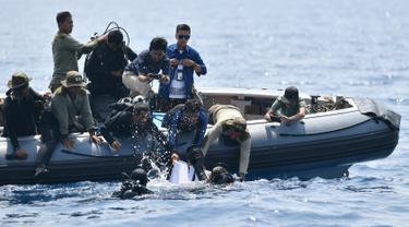 Tim penyelam TNI AL mengevakuasi black box atau kotak hitam Lion Air PK-LQP JT 610 dari dasar laut perairan Karawang, Jawa Barat (1/11). Black box jenis Flight Data Recorder (FDR) ditemukan dalam kondisi utuh di dalam lumpur. (AFP Photo/Adek Berry)