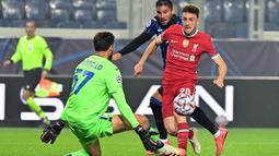 Striker Liverpool, Diogo Jota, berusaha mencetak gol ke gawang Atalanta pada laga lanjutan Liga Champions 2020/2021 di Gewiss Stadium, Rabu (4/11/2020) dini hari WIB. Liverpool menang 5-0 atas Atalanta. (AFP/Miguel Medina)