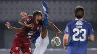 Penyerang Borneo FC, Fransisco Torres (kiri) pun mencoba menusuk ketatnya barisan pertahanan Persib Bandung. (Bola.com/Bagaskara Lazuardi)