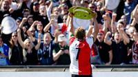 Kapten Feyenoord, Dirk Kuyt, mengangkat trofi usai memastikan diri sebagai jawara Eredivisie Liga Belanda 2016-2017 di laga melawan Heracles Almelo di Stadion De Kuip, Rotterdam, Minggu (14/5/2017).  Feyenoord menang 3-1. (EPA/Robin Van Lonkhuijsen)