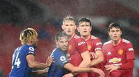 Aksi para pemain Manchester United versus Chelsea pada pertandingan Liga Inggris di Stadion Old Trafford, Minggu (25/10/2020) dini hari WIB. (AFP/Michael Regan)
