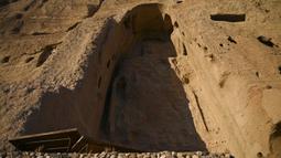 Kondisi situs patung Buddha raksasa yang dihancurkan oleh Taliban pada 2001di Provinsi Bamiyan, Afghanistan, 9 Januari 2021. Buddha Bamiyan sebelumnya adalah patung pahatan Buddha terbesar di dunia. (WAKIL KOHSAR/AFP)