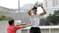 Kiper Timnas Indonesia, Nadeo Argawinata, menangkap bola saat sesi latihan di Stadion Madya, Jakarta, Selasa, (18/2/2020). Untuk meningkatkan performa kiper, Shin Tae-yong menambah porsi waktu latihan. (Bola.com/M Iqbal Ichsan)