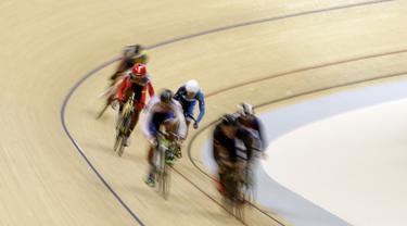 Para pesepeda memacu kecepatan pada nomor Men Junior Keirin saat Asian Track Championship 2019 di Jakarta International Veledrome, Jakarta, Kamis (10/1). Kejuaran balap sepeda ini akan berlangsung hingga Minggu (13/1). (Bola.com/Yoppy Renato)