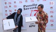 Komisioner KPU RI, Evi Novida GM (kiri) dan Pramono UT menunjukan kotak suara bermaterial karton kedap air dan transparan di Kantor KPU, Jakarta, Jumat (14/12). Kotak suara nantinya digunakan pada Pemilu Serentak 2019. (Liputan6.com/Helmi Fithriansyah)
