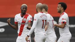 Para pemain Southampton merayakan gol pertama ke gawang Bournemouth yang dicetak gelandang Moussa Djenepo (kiri) dalam laga perempatfinal Piala FA 2020/2021 di Vitality Stadium, Bournemouth, Sabtu (20/3/2021). Southampton menang 3-0 atas Bournemouth. (AP/Kirsty Wigglesworth)
