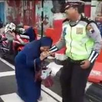 Inilah cerita emak-emak yang nggak terima ditilang lalu gigit polisi hingga videonya viral. (Foto: Istimewa)