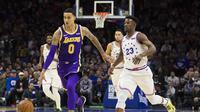 Pemain Los Angeles Lakers, Kyle Kuzma (kiri) saat melawan Philadelphia Sixers dalam lanjutan NBA, Senin (11/2/2019) (Foto: (AP Photo/Chris Szagola)