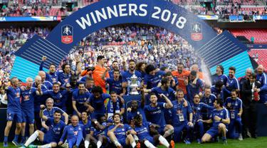 Para pemain Chelsea berselebrasi usai pertandingan melawan Manchester United pada babak final Piala FA di stadion Wembley di London (19/5). Chelsea mengalahkan MU 1-0 berkat gol penalti Eden Hazard. (AP Photo / Tim Ireland)