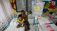 Seorang anak penderita demam berdarah (DBD) menjalani perawatan di Rumah Sakit Umum Daerah (RSUD) Pasar Rebo, Jakarta, Jumat (1/2). Saat ini RSUD Pasar Rebo merawat sebanyak 27 pasien demam berdarah terdiri anak anak dan dewasa. (Merdeka.com/Imam Buhori)