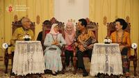 Presiden Singapura Halimah Yacob saat berkunjung ke Keraton Yogyakarta. (dok. Instagram @kratonjogja/https://www.instagram.com/p/B8NJnLSHx3l/?hl=en/Putu Elmira)