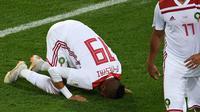 Penyerang Maroko Youssef En-Nesyri melakukan sujud syukur usai mencetak gol kedua untuk timnya saat melawan Spanyol dalam pertandingan Piala Dunia 2018 di Stadion Kaliningrad, Rusia (25/6). (AFP/Ozan Kose)