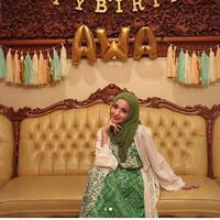 Pada tanggal 5 April silam, usia Tsania Marwa genap 27 tahun. Dalam unggahan terbaru di instagram, Tsania tampil berbeda saat merayakan ulang tahun. (Instagram/tsaniamarwa54)