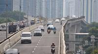 Pengendara sepeda motor nekat melintasi JLNT Casablanca, Jakarta, Kamis (23/3). Meski ada rambu larangan melintas, sejumlah pengedara motor tetap nekat melintasi jalan layang tersebut. (Liputan6.com/Yoppy Renato)