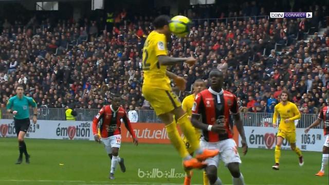 Dani Alves mencetak gol perdananya di Ligue 1 saat memastikan kemenangan Paris Saint-Germain 2-1 atas Nice, Minggu (18/3). Allan S...