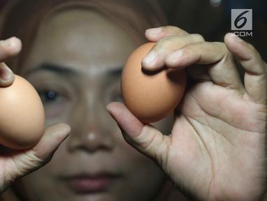Pedagang menunjukkan telur ayam di pasar tradisional di Jakarta, Kamis (6/12). Harga telur ayam ras di pasar tradisional di DKI Jakarta mengalami tren kenaikan sejak bulan lalu. (Liputan6.com/Immanuel Antonius)
