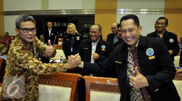 Kepala BNN Budi Waseso bersalaman dengan Plt pimpinan KPK Johan Budi saat Rapat Dengar Pendapat (RDP) dengan Komisi III DPR di Jakarta, Senin (7/9/2015). RDP yang membahas Rencana Kerja dan Anggaran dihadiri BNN, KPK, dan PPATK. (Liputan6.com/Johan Tallo)