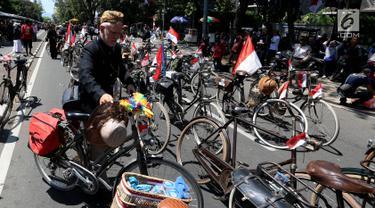 Paguyuban Sepeda Baheula Bandung melakukan persiapan sebelum dimulainya Karnaval Kemerdekaan Pesona Parahyangan 2017 di sekitar Gedung Sate, Bandung, Sabtu (26/8). Karnaval ini akan dihadiri oleh Presiden Joko Widodo (Jokowi). (Liputan6.com/Johan Tallo)