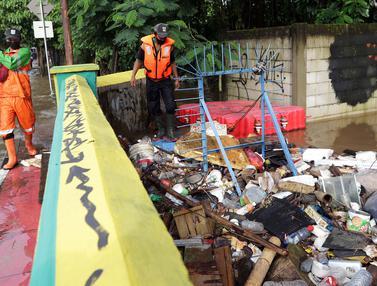 FOTO: Petugas UPK Badan Air DLH DKI Jakarta Berjibaku Bersihkan Sumbatan Aliran Air Kali Mampang